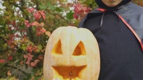 Kleiner Junge dunkle Ausstattungsholdingsteckfassung-olaterne in der furchtsamen Halloween-Parteikindheit stock video footage