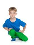 Kleiner Junge in einem blauen Hemd Stockfotos