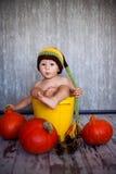 Kleiner Junge in einem Eimer  Stockbilder