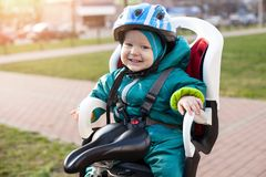 Kleiner Junge in einem Fahrradsitz Stockfoto