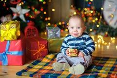 Kleiner Junge in einem festlichen Innenraum Lizenzfreie Stockfotografie