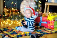 Kleiner Junge in einem festlichen Innenraum Lizenzfreie Stockfotos