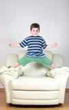 kleiner Junge in einem gestreiften T-Shirt und in grünen Kurzschlüssen Stockbilder