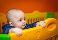 Kleiner Junge in einem Innenspielplatz Lizenzfreies Stockfoto