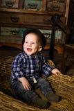 Kleiner Junge in einem Korb von rustikaler ländlicher Provence Lizenzfreies Stockfoto