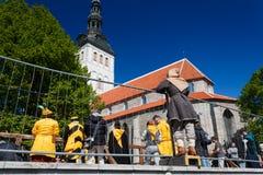 Kleiner Junge in einem mittelalterlich-umgearbeiteten Kleid betrachtet den Ritter ` s Kampf in Tallinn Stockfotos