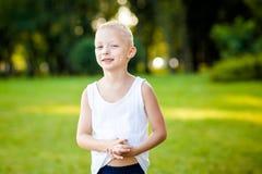 Kleiner Junge in einem Park stockbilder