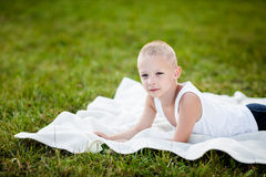 Kleiner Junge in einem Park lizenzfreies stockfoto