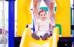 Kleiner Junge an einem Spielplatz Stockfotos
