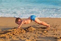 Kleiner Junge an einem Strand Stockfotografie