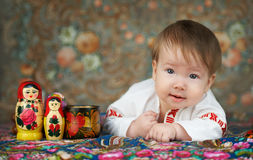 Kleiner Junge in einem traditionellen russischen Hemd mit Stickerei stockfotos