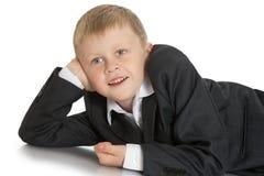 Kleiner Junge in einer Klage lizenzfreies stockfoto