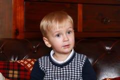 Kleiner Junge in einer Strickjacke Lizenzfreies Stockfoto