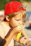 Kleiner Junge essen Banane Lizenzfreie Stockfotos