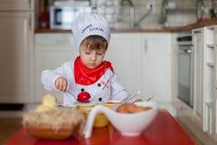 Kleiner Junge, Färbungseier für Ostern Lizenzfreies Stockfoto