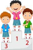Kleiner Junge feiert seine goldene Medaille auf Podium Stockbild