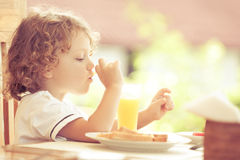 Kleiner Junge am Frühstück lizenzfreie stockfotos