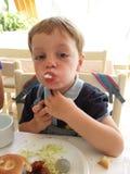 Kleiner Junge am Frühstück stockbild