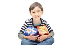Kleiner Junge glücklich mit Geschenkbox lizenzfreies stockbild