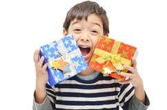 Kleiner Junge glücklich mit Geschenkbox stockfoto