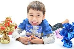 Kleiner Junge glücklich mit Neujahrsgeschenk stockfoto