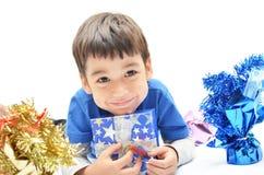 Kleiner Junge glücklich mit Neujahrsgeschenk lizenzfreie stockfotos
