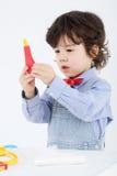 Kleiner Junge hält medizinischen Thermometer des Spielzeugs Lizenzfreie Stockfotos