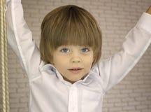 Kleiner Junge Hansome in einem weißen Hemd Lizenzfreies Stockfoto