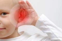 Kleiner Junge hat ein krankes Ohr lizenzfreies stockbild