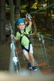 Kleiner Junge im Abenteuerpark Stockfotos