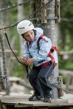 Kleiner Junge im Abenteuerpark Lizenzfreie Stockbilder