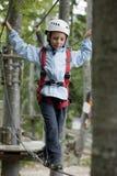 Kleiner Junge im Abenteuerpark stockfoto
