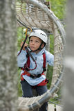 Kleiner Junge im Abenteuerpark lizenzfreies stockbild
