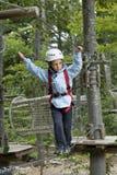 Kleiner Junge im Abenteuerpark lizenzfreies stockfoto