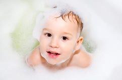Kleiner Junge im Bad Stockfotografie