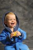 Kleiner Junge im blauen Bademantel Stockbild