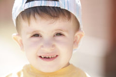 Kleiner Junge im gelben Hemd stockfoto
