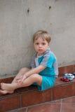 Kleiner Junge im Hinterhof Stockbild