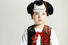Kleiner Junge im Karnevalskostüm Hund Kinder in der erwachsenen Kleidung maskerade stockbilder