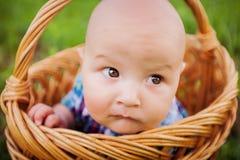 Kleiner Junge im Korb - Nahaufnahme Stockbilder