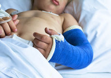 Kleiner Junge im Krankenhaus Stockfotografie