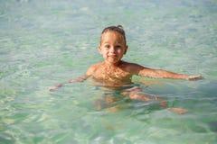 Kleiner Junge im Meer in Thailand stockbild