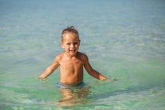 Kleiner Junge im Meer in Thailand lizenzfreie stockfotos