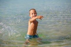 Kleiner Junge im Meer in Thailand stockfotografie