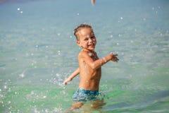 Kleiner Junge im Meer in Thailand stockbilder