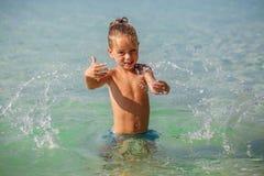 Kleiner Junge im Meer in Thailand lizenzfreie stockfotografie