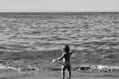 Kleiner Junge im Meerwasser Stockfoto
