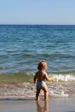 Kleiner Junge im Meerwasser Stockfotografie