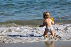 Kleiner Junge im Meerwasser Lizenzfreie Stockfotos
