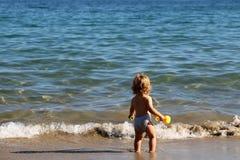 Kleiner Junge im Meerwasser Lizenzfreies Stockfoto